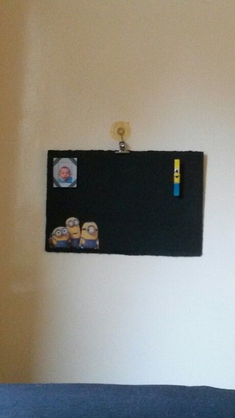 Magnetisch schoolbord gemaakt van een deksel van een doos. Ook magneten zelfgemaakt van wasknijper & karton. Pasfoto is verwisselbaar (bovenkant is open)