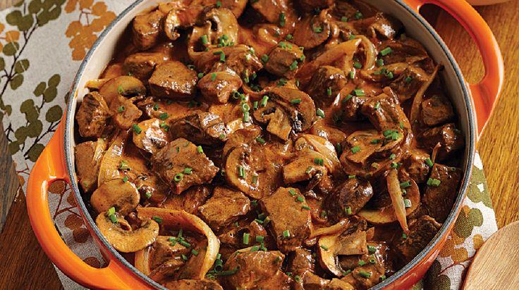 Bœuf Stroganoff, sauce crémeuse rosée | Recettes IGA | Farine, Oignon, Champignon