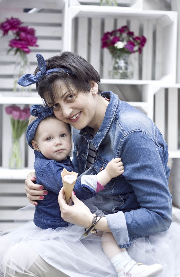 Jak krople wody :) zdjęcia z sesji MiniMe z okazji Dnia Matki. Mama kurtka, Benetton, spódniczka - Novamoda.pl, córeczka - kurtka - Smyk, opaski Carry