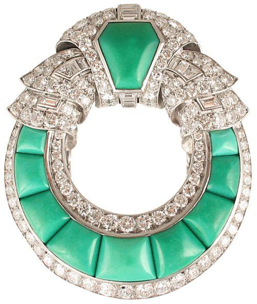 Un Art Deco turquesa broche, alrededor de 1925, en @ KentshireJewels.  Broche es de un diseño circular abierta con desplazar la parte superior y los bordes del diamante, montados en platino.  Via 1stdibs.