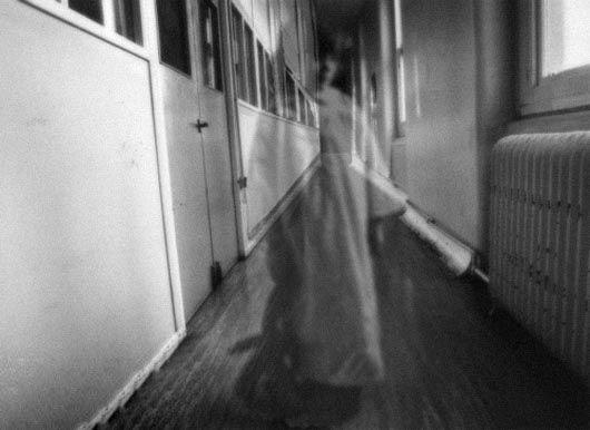 La aparición de una niña fantasma ha hecho que un equipo de exploración urbana huya de un hospital abandonado