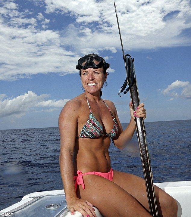 Bikini-beklædt ekstrem fiskerkvind giver århundreder-gammel sport-4558