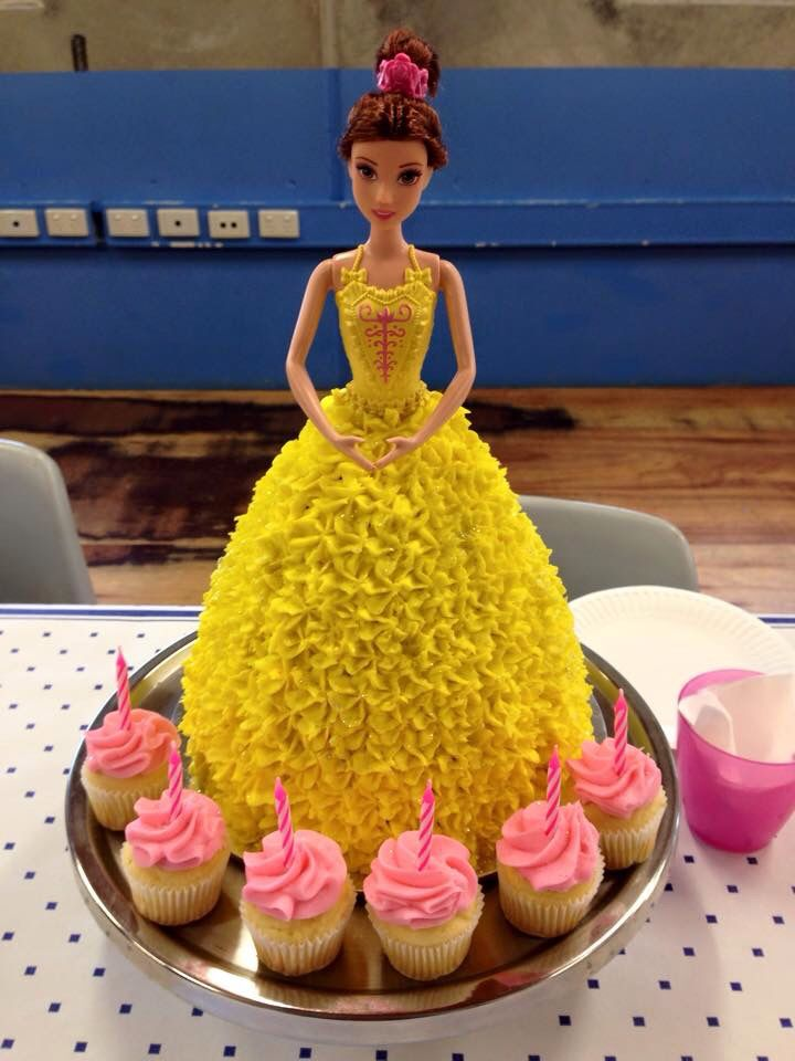 Lovely Isla celebrated her birthday with a gorgeous yellow Dolly Varden cake