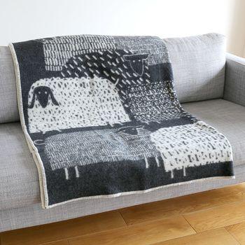 もこもこの羊がたくさん描かれた「PAKAPAAT」シリーズ。鈴木マサルさんという日本人デザイナーがデザインしたものです。よく見るとひつじの絵柄が全部違って可愛らしい。毛布としても使える大判サイズなので、用途に合わせて様々なシーンで活躍してくれそうです。
