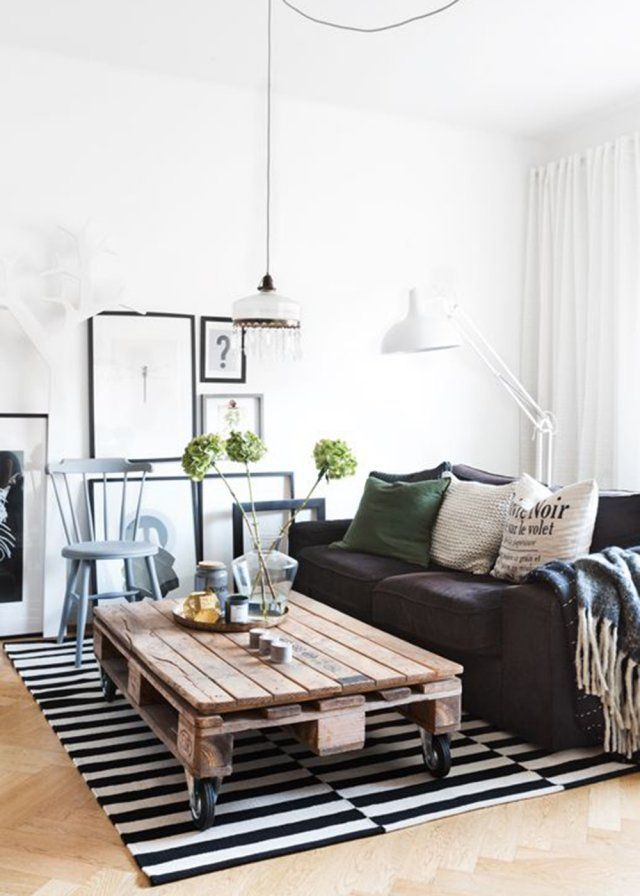 Une table basse pensée avec une palette en bois dans un salon bicolore