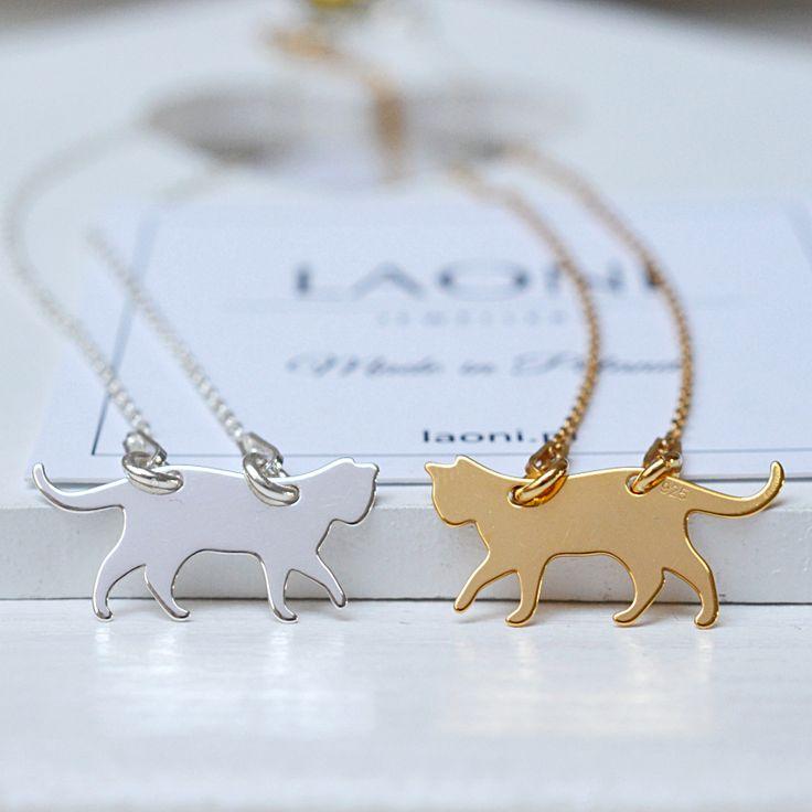 Naszyjnik z kotkiem. Zobacz na: https://laoni.pl/srebrny-naszyjnik-z-kotkiem #kot #biżuteria #srebrna #naszyjnik #celebrytka