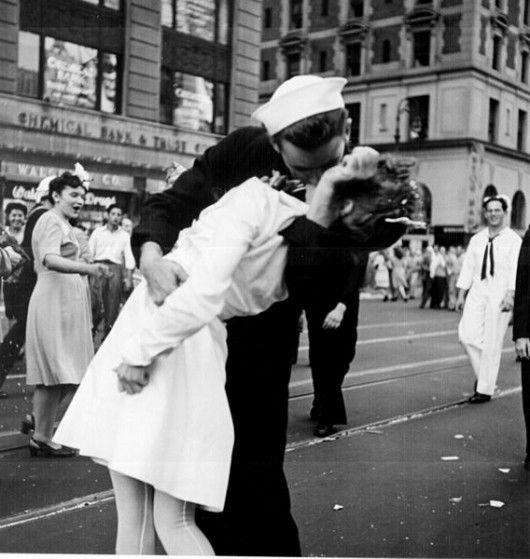 """Une agression sexuelle. Un marin embrassant fougueusement une infirmière à Times Square, en 1945, le """"V-J Day"""", le jour de la victoire américaine sur le Japon : le cliché a, depuis ce jour, fait le tour du monde, véhiculant une image romantique et exaltée de la fin de la guerre.  Attention pourtant au """"poids des mots"""" et au """"choc des photos"""". Le blog Crates and Ribbons révèle une histoire plus sombre que ne le laissait percevoir cette photographie.  Longtemps non identifiés, les deux…"""