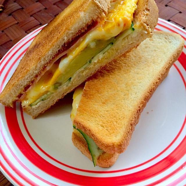 いいお天気今日はお休みで朝のんびり出来て助かったけど、そろそろ体力爆発しそうなチビ〜ズ - 59件のもぐもぐ - ACECH sandwichアボカド・キュウリ・卵・チーズ・ハムの欲張りサンドウィッチ by honeybunnyb