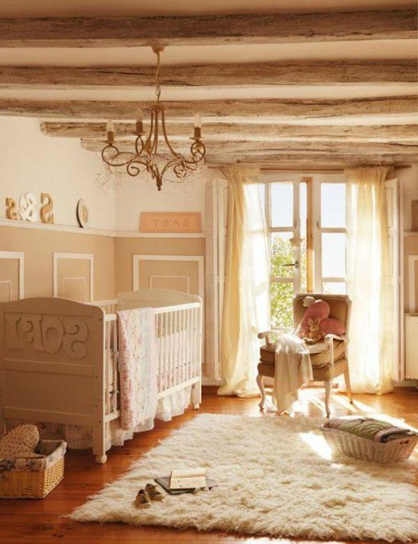Weiches Teppich Kronleuchter Und Holzbretter An Der Wand Für Eine Schöne  Babyzimmer Gestaltung   45 Auffällige Ideen U0026 Babyzimmer Komplett Gestalten
