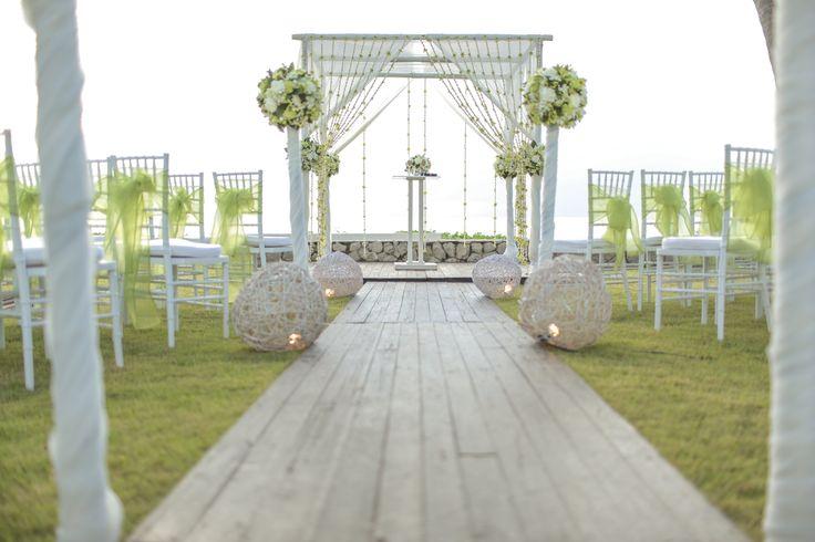 Uma pérgula decorada com delicadeza dá um charme a mais em qualquer evento ao ar livre, não acha?