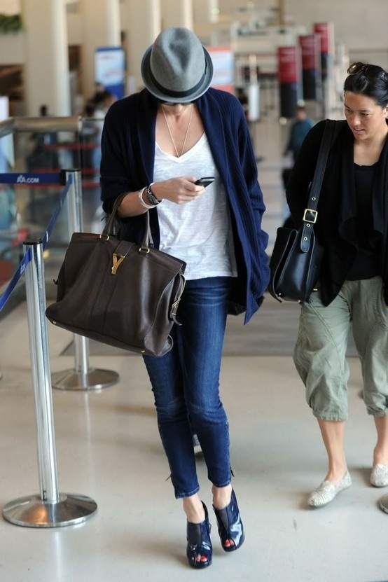 love: Charlize Theron, Skinny Jeans, Airports Style, Charlizetheron, White Jeans, Big Bags, Travel Outfits, Popular Pin, Elegant Outfits