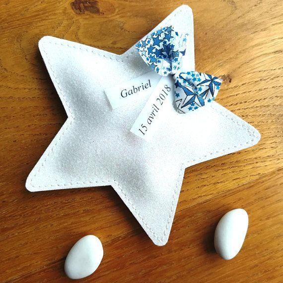 Sachet à dragées pailleté forme étoile avec nœud liberty.  Élégant contenant à dragées à offrir à loccasion dun baptême, dun mariage ou toutes autres occasions. Un souvenir original plein de douceur et de poésie pour enchanter vos invités.  Sachet réalisé dans un magnifique tissu pailleté
