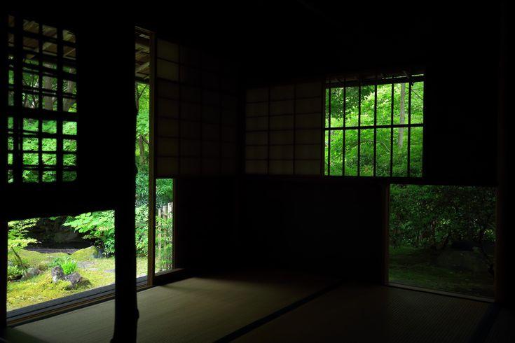 京都瑠璃光院(るりこういん)の緑につつまれた風情ある茶室