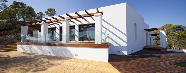 Fijaros que bien queda, moderna pero recordando a las típicas casas payesas de Ibiza.
