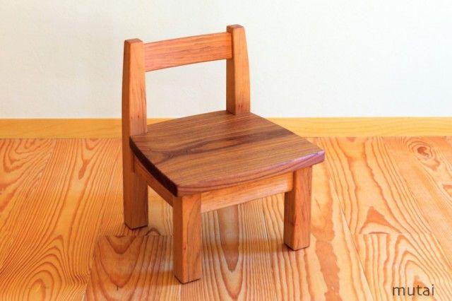 幼児用の木のイスです。 座卓、ローテーブルでの食事や遊びでお使い下さい。 背もたれは緩くカーブしています。座面は平らです。 大人が踏み台として使用しても、大丈夫です。  サイズ 28X27X35cm 座面高さ18cm  樹種 ヤマザクラ、エンジュ(座板) 塗装 オイルフィニッシュ