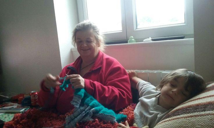 Tricoter avec un bibi sur les genoux