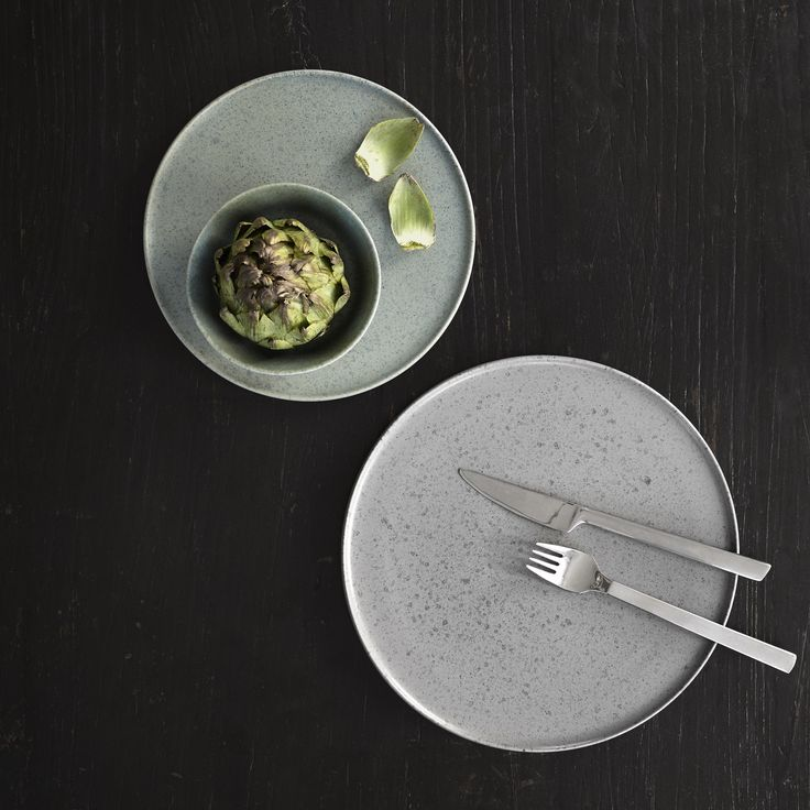 The individual bowls in two sizes can be used for breakfast or small appetizers, while the plates are designed with a defined, low edge, which gives the design a light expression contrasting the heaviness of the stoneware.