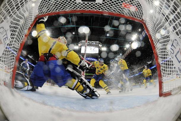 #Hockey su ghiaccio: l'azione dello svedese Henrik Karlsson contro la Finlandia durante l'Euro Hockey Tour Karjala Cup a Helsinki