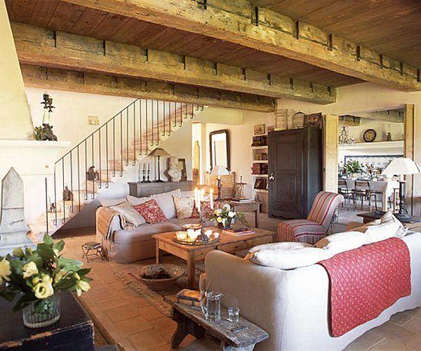 Les poutres du salon qui se prolongent dans la cuisine font 9 mètres de long ; Catherine les a dénichées chez un récupérateur près d'Aix en Provence.