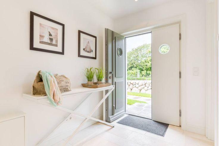 Home Staging Reetdachhaus auf Sylt: landhausstil Flur, Diele & Treppenhaus von Immofoto-Sylt