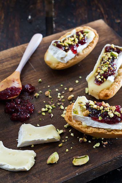 Tosta de Brie con Mermelada de Frutos Rojos y Pistachos