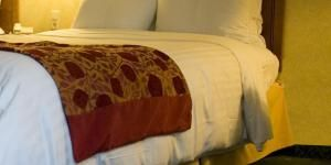 Cómo hacer un cabecero para la cama con una barra de cortina