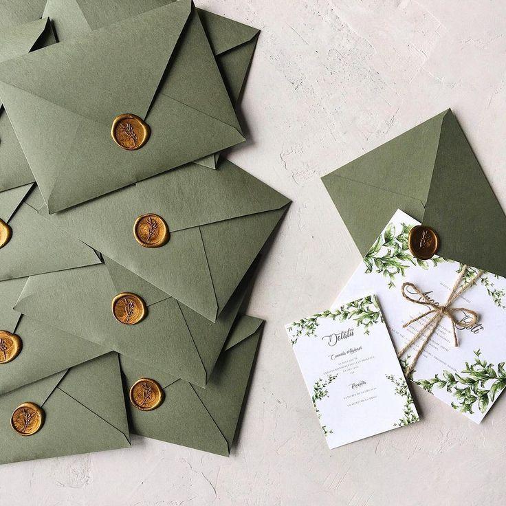 Grüne Hochzeitseinladung mit handgemachtem Umschlag und Wachssiegel