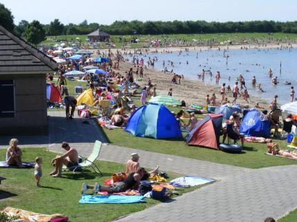 Recreatieplas Berkendonk. Berkendonk is een openbaar recreatie gebied, dat gratis toegankelijk is. Sinds 1994 wordt het westelijk deel gebruikt voor strand- en wateractiviteiten zoals zonnebaden, zwemmen, surfen, zeilen. www.helmond.nl/berkendonk