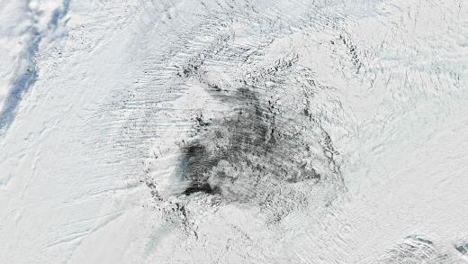 》 Hitzefrei:  Im antarktischen Ozean hat sich ein großes Loch im Eis aufgetan - trotz eiskalter Winterluft in der Region. Ein Satellit hat das spektakuläre Phänomen fotografiert, bei dem riesige Mengen an warmem Wasser an die Meeresoberfläche steigen.《