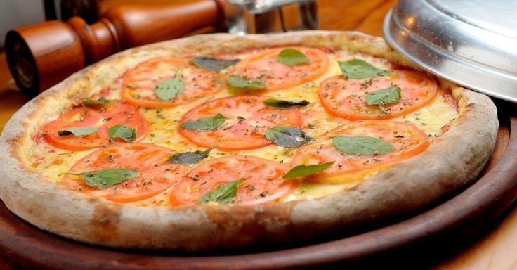 De 10 a 31 de julho, a pizzaria La Glória oferece dois combos em comemoração ao Dia da Pizza. Pelo valor fechado de R$ 120, entre as opções está a Pizza Marguerita (molho de tomate, mozzarela, rodelas de tomate e manjericão) + 2 chopes + 2 sobremesas. Há inda outras opções, como Pizza Brie + 1 garrafa de vinho da casa. A casa fica na avenida Macuco, 685, Moema. Mais informações: (11) 5054-0909.