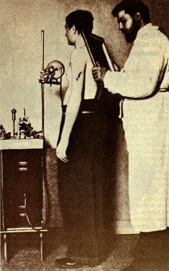 Chef de service à l'hôpital Tenon (Paris), le Dr Antoine Béclère fut le premier médecin français à utiliser la radiographie pour examiner ses malades même si ses collègues lui reprochaient... de « déshonorer le corps médical en devenant photographe » ! Béclère crée en 1897 dans son service de l'hôpital Tenon, le premier laboratoire de radiologie.