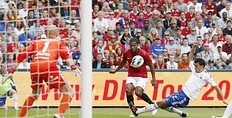 Antonio Valencia (C) fights for the ball with Vaalerenga's Giancarlo Gonzalez (R), as Vaalerenga's goalkeeper Lars Hirschfeld (L) looks on, during their friendly training match at Ullevaal Stadium in Oslo August 5, 2012.