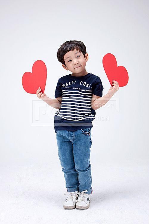 어린이 150, PHO407, 프리진, 사진, 어린이, 사람, PHO407c, 한국인, 동양인, 아시아, 어린아이, 남자, 남자어린이, 소년, 전신, 1인, 서있는, 앞모습, 들고있는, 손, 하트, 양손, 사랑, pho407#유토이미지