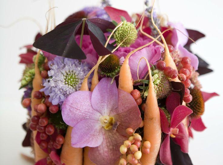 Catherine Muller, Paris, France Bouquet de fleurs avec carottes