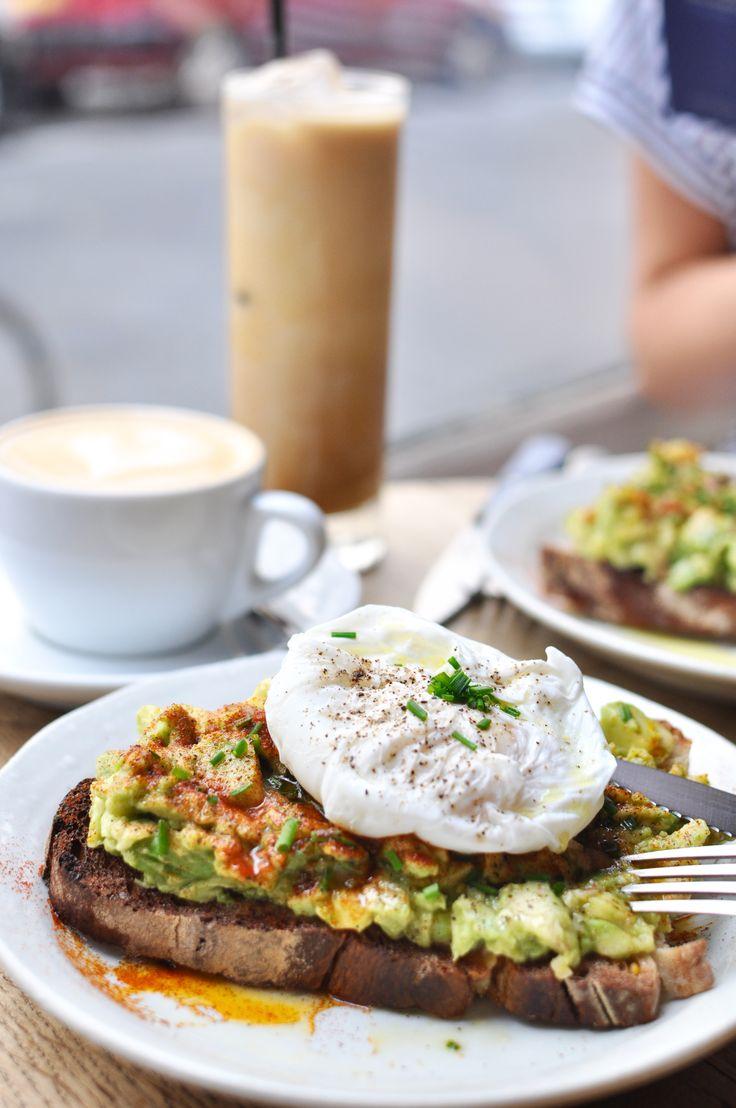 Frühstücken in Paris im Fragments - Avocadotoast mit pochiertem Ei