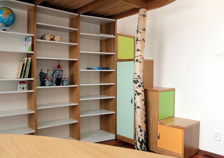 Dětský pokoj s kouskem lesa  - knihovna a schůdky na postel