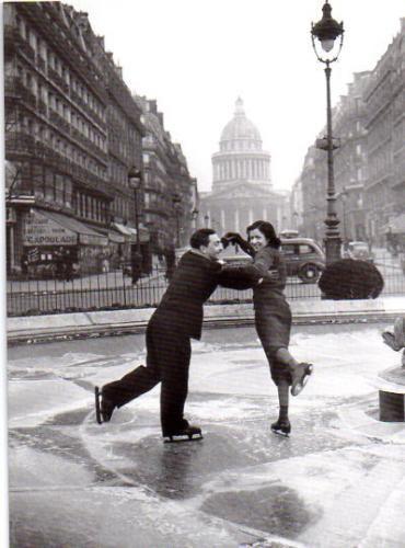 Patineurs devant le Panthéon. Paris, 1947