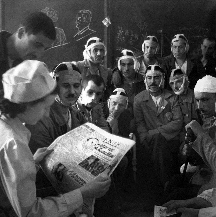 Βούλα Παπαϊωάννου, Φεβρουάριος 1941, Αθήνα, τραυματίες του Αλβανικού Μετώπου διαβάζουν τα νέα της εφημερίδας Η ΝΙΚΗ.