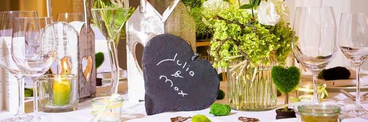 Tischdekoration mit Elementen aus natürlichen Materialien im stimmungsvollen Landhaus-Stil
