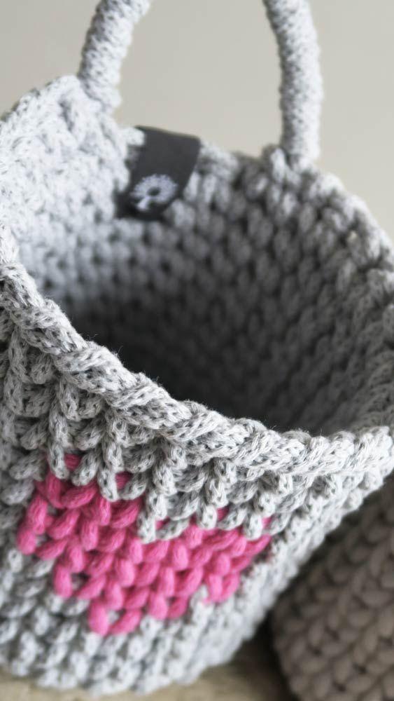 Koszyk z bawełnianego sznurka ręcznie zrobiony na szydełku z praktyczną rączką do zawieszania. Idealny do przechowywania. Wyjątkowy i niepowtarzalny będzie piękną ozdobą każdego wnętrza. Dostępny w różnych kolorach. #koszyk #kosz #sznurek #szary #bawełniany #sznurka #rękodzieło #manufaktura #nawygonie #szydełko #szydełku #naszydełku #dziany #dziergany #robione #ręcznie #handmade #diy #basket #crochet #crocheting #scandi #chunky #bulky #cotton #madeinpoland #scandistyle #scandinavian #design