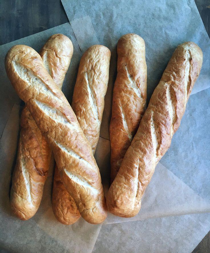 Light Baguettes   En norsk versjon av den franske baguetten. Passer som tilbehør til reker eller tapas.  Rullet ut for hånd på Godt Brød vis. Baguetten er bakt på fordeig slik at den er saftig, holdbar og har mindre gjær.  Inneholder: Siktet hvete, vann, hvetehev (siktet hvete, vann, gjær), rapsolje, gjær, havsalt.  Økologisk