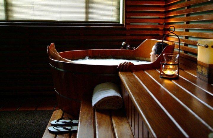 Ofurô é a palavra japonesa para o banho. No Japão antigo, casas não têm banheiros e pessoas visitaram banhos públicos todas as noites, conhecidos como sento. Até a era Meiji, Ofuro começou a se tornar uma característica mais comum em casas. Banhos japoneses são geralmente em uma sala separada do banheiro. Assim, basicamente quase toda casa do Japão possui uma banheira e um chuveiro pequeno. Os japoneses usam ofuro como uma atividade de lazer e tendem a tomar banhos demorados. Banhos de…