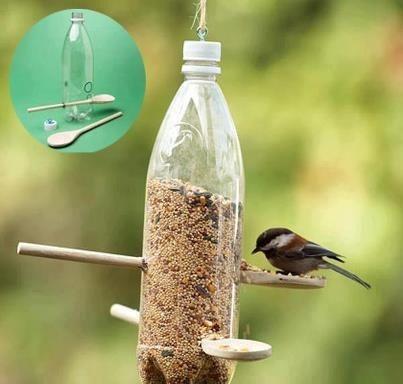 Help de vogels in de winter. Met een fles, vogelzaad en lepels (of stokjes)