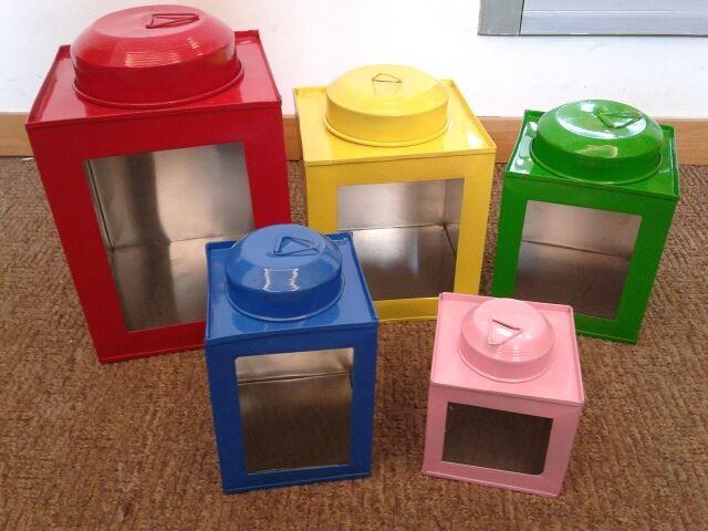 kaleng kerupuk mini XS (Pink) : 7cmx7xmx10cm = 15.000 S (Biru) : 9cmx9cmx13cm = 20.000 M (hijau) : 11cmx11cmx13cm = 22.500 L ( kuning) : 13cmx13cmx15cm = 27.500 XL (Merah) : 15cmx15cmx18cm = 35.000