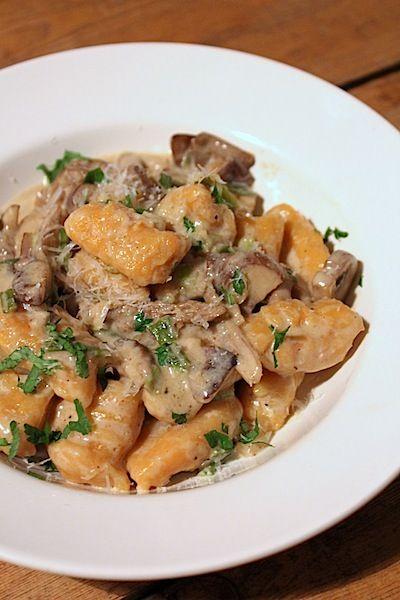 Zoete aardappel gnocchi met paddenstoelen truffel saus
