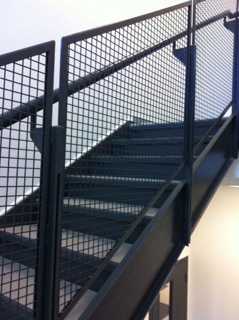 11 modern stair railing designs that are perfect - Mallas de hierro ...