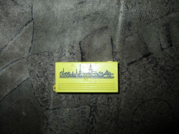 В коллекцию необычных предметов: фонарик, с одной стороны написано Riga straume, с другой — изображение города, работает, но не хватает стеклышка и чуть заедает кнопка.