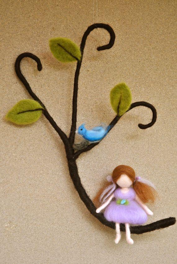 Artículos similares a Inspirada de guardería móvil Waldorf aguja de fieltro: niña y azul pájaro con nido en Etsy