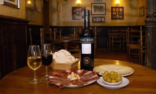 "Un tablao flamenco con una mesa ""mu bien montá""! / A ""tablao"" flamenco with a very well served table!"