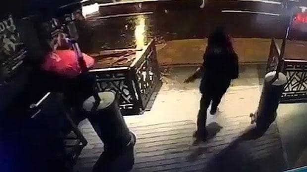 As autoridades dizem que o suspeito é provavelmente um uigur - um grupo em grande parte de muçulmanos que vivem na Ásia Central e no oeste da China.